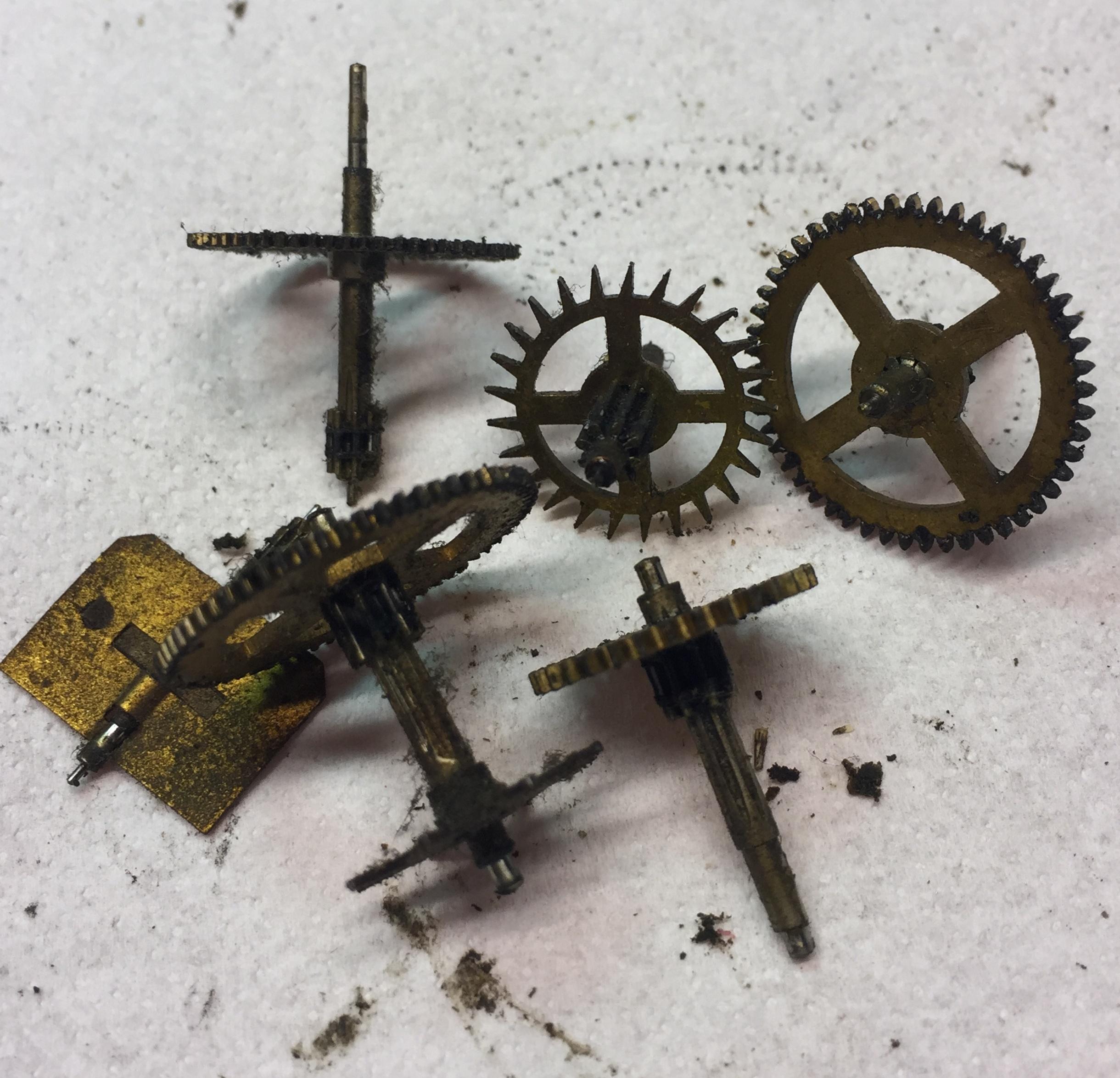 Nog te reinigen vuile raderen- Klokkenmaker Lars Dekker