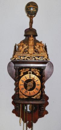 Zaanse klok met strippenuurwerk in klassieke kast, 1682