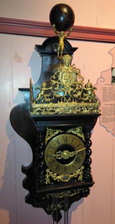 Zaanse klok met strippenuurwerk in klassieke kast, 1770