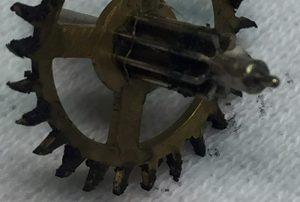 Erg vuil rad van een klok - klokkenmaker Lars Dekker