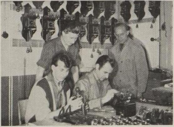 zilverfabrikant Van Kempen en Begeer in Voorschoten klokken assemblage AH